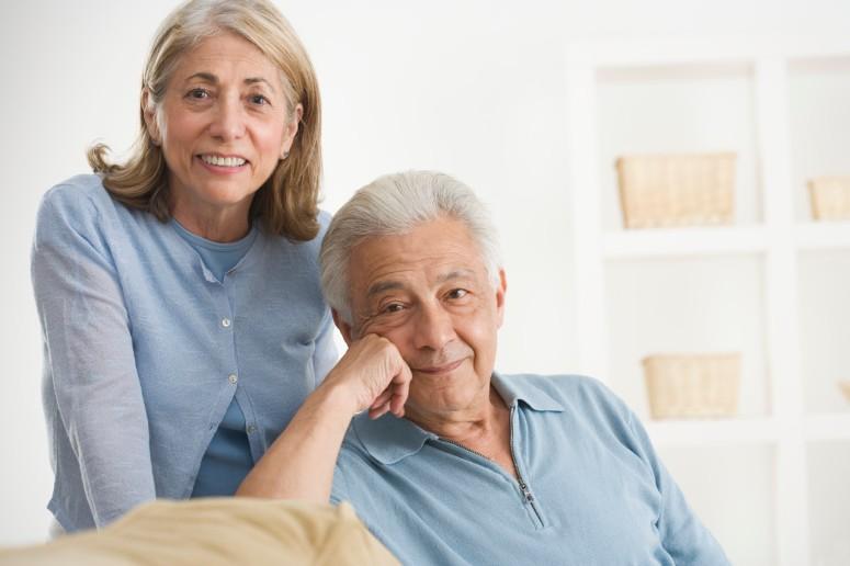 Pareja-mayor-vivienda-Senior-couple-in-a-living-room