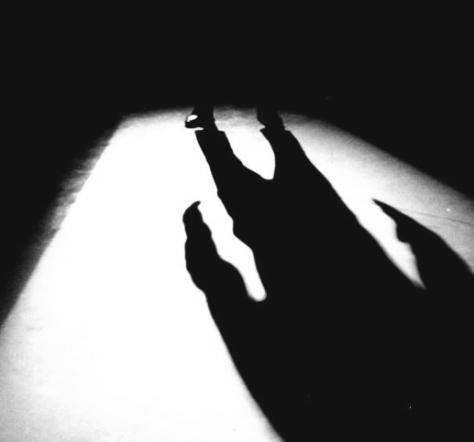 hombre malo en la sombra